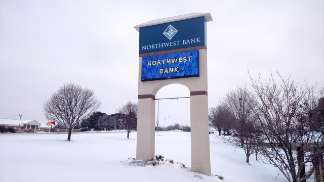 1230-NorthwestBankMonument.jpg